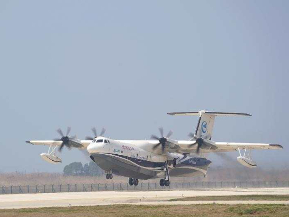 Chinese amphibious aircraft conducts firefighting capability test