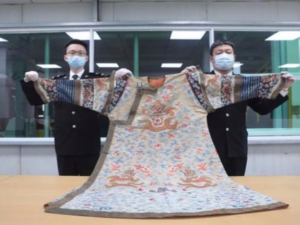 Hangzhou customs seize imperial robe and Buddha statue from Qing and Ming dynasties