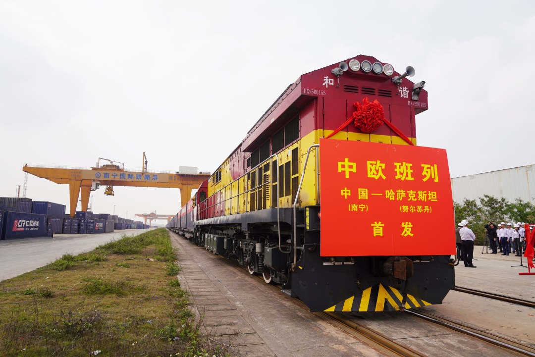 Train loaded with heavy machinery leaves Guangxi for Kazakhstan