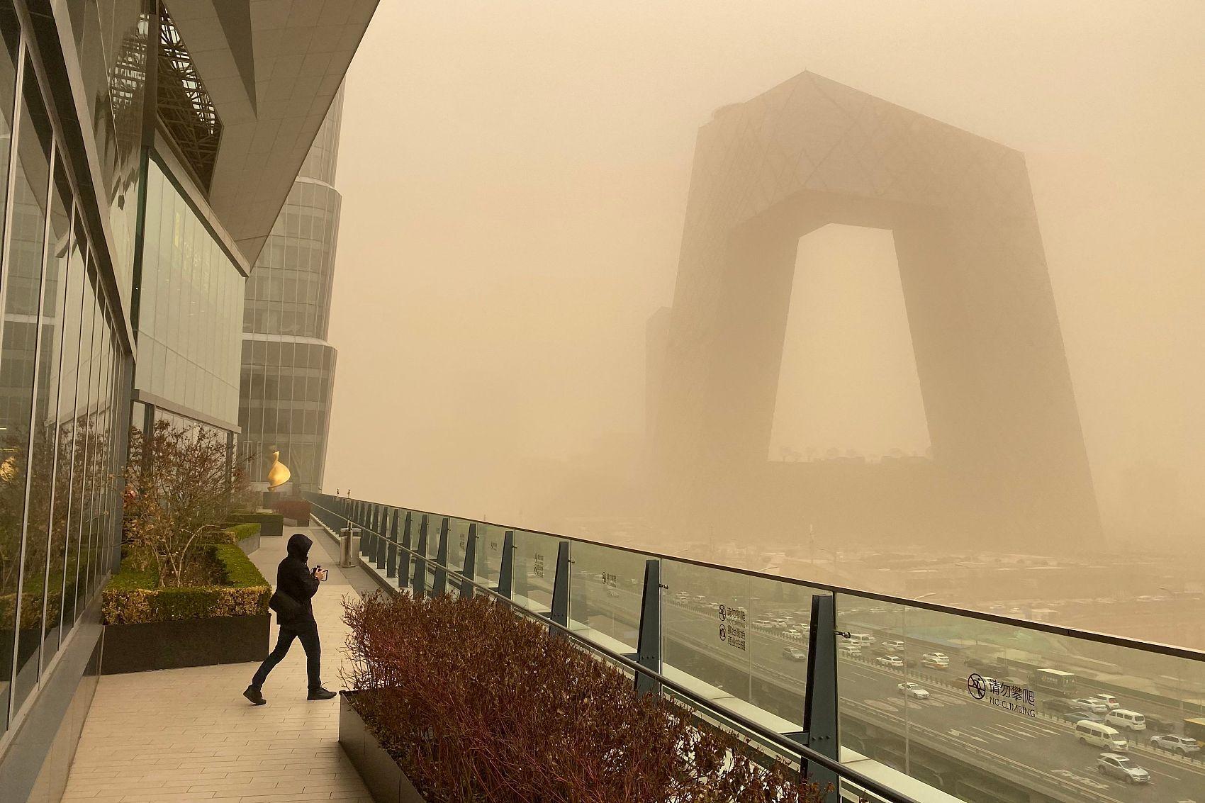 Strong sandstorm hits northern China