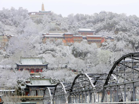 Spring snow hits in NW China's Lanzhou