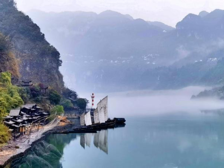 Scenery of Xiling Gorge amid the misty rain