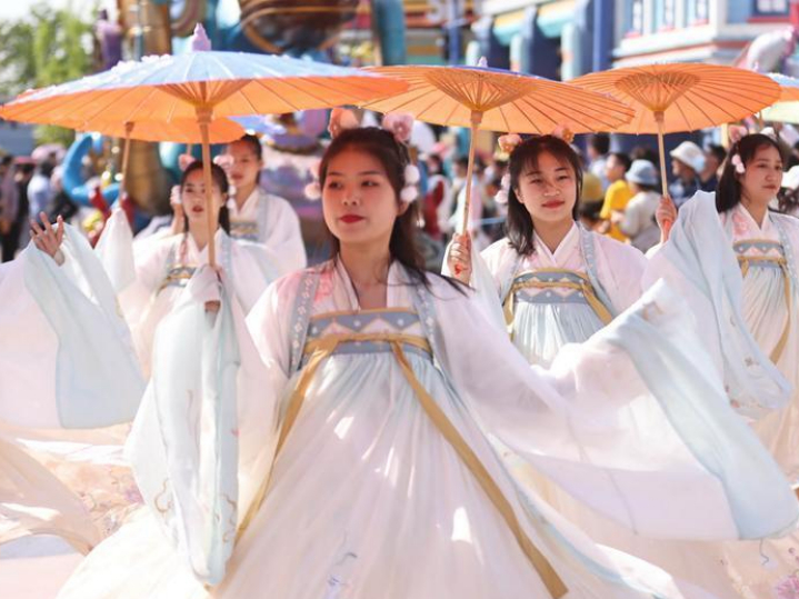 Traditional culture, pop culture meet at Nanjing Happy Valley