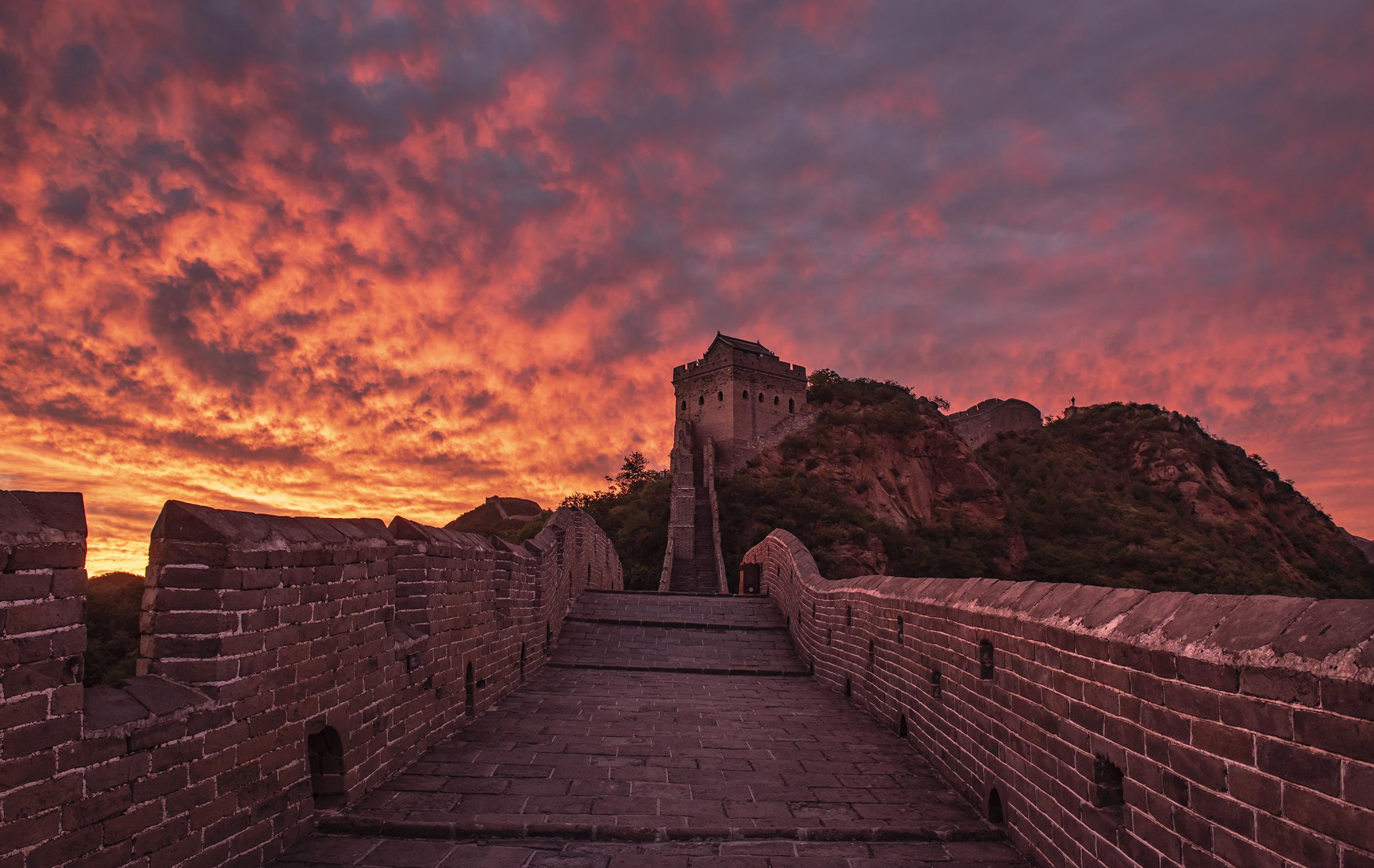 Spectacular morning glow lights up the Jinshanling Great Wall