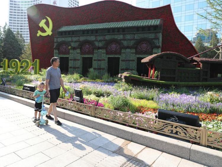 Flowers adorn Beijing's main thoroughfare