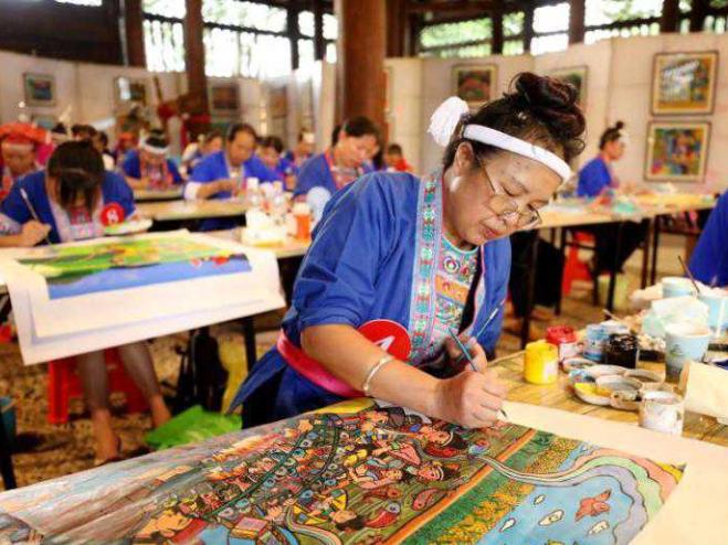 Dong women present local development via paintings