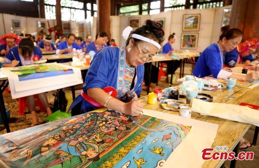 Dong women present developments of Dong Autonomous County via farmer paintings