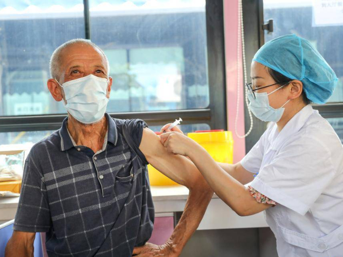 Mobile vaccination buses sent to communities, rural areas in Hengyang