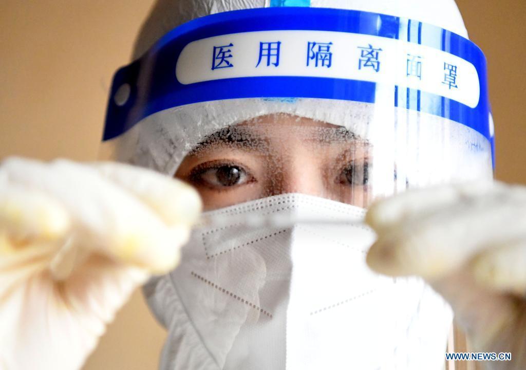 Medical worker sticks to post in Zhengzhou, Henan