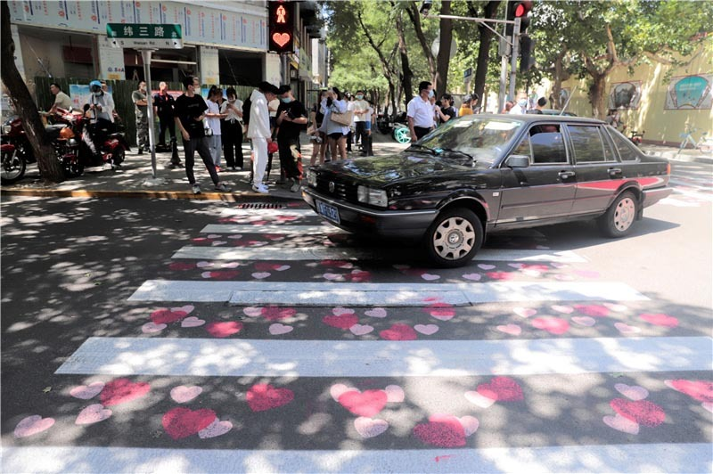 Traffic lights turned into shape of hearts in Jinan to remind people to abide by traffic rules