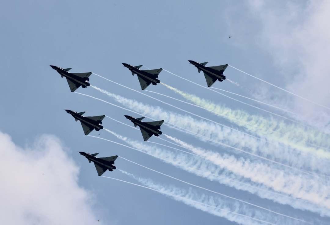 China's Bayi Aerobatic Team pays tribute to national heroes