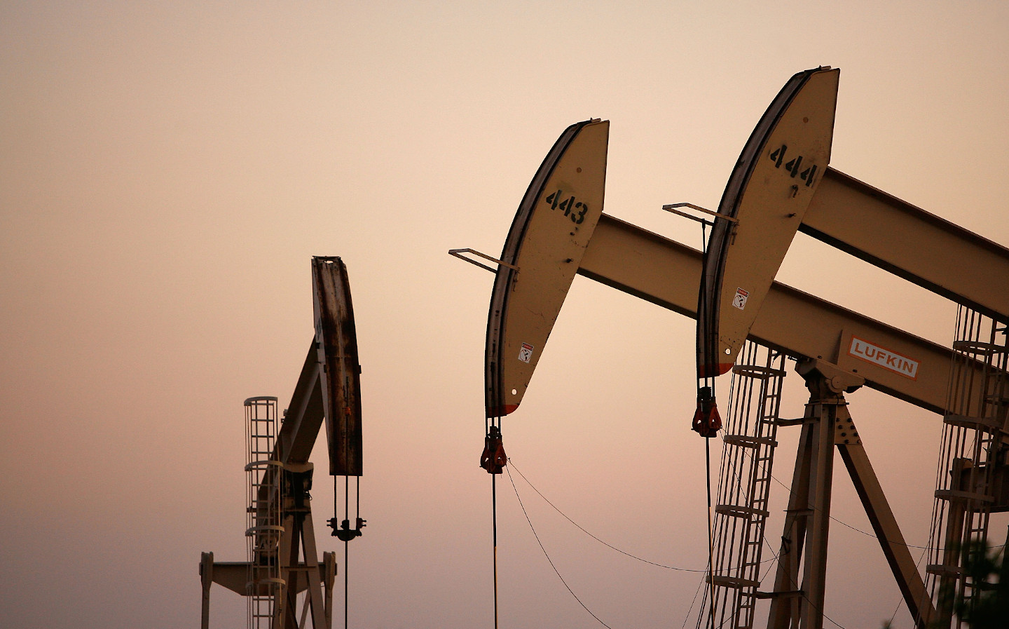 Oil prices rise as energy remains tight