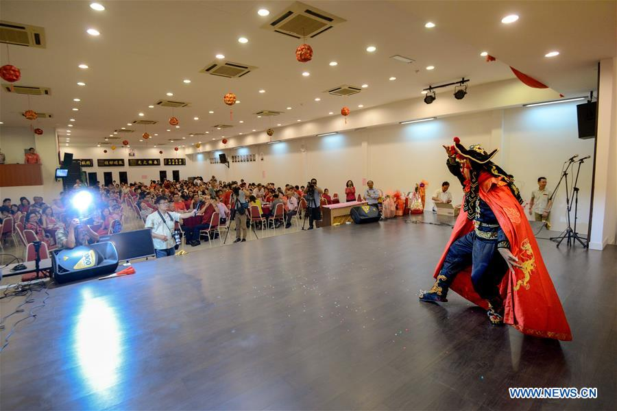 Malaysian performs Chinese Sichuan Opera face-changing in Kuala Lampur
