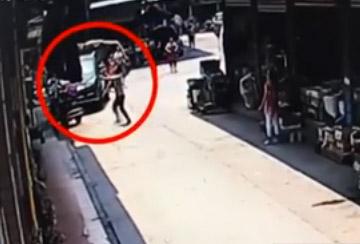 Man saves falling girl in Chongqing