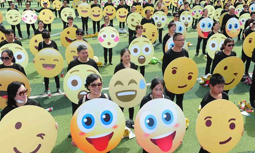 Emoji's party: About one thousand Chinese break Guinness record