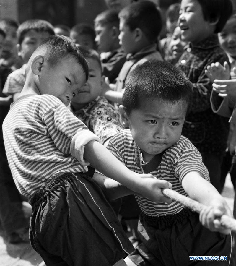 Photos record childhood moments of Chinese kids in past four decades