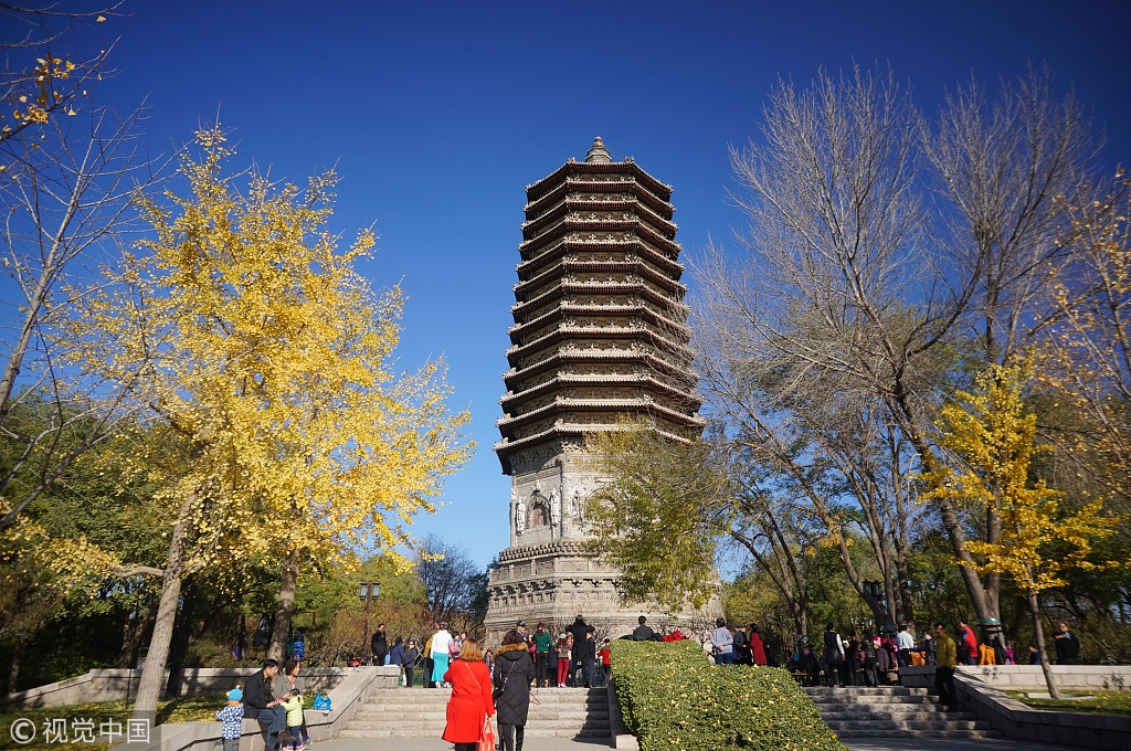 People enjoy the good weather in Beijing. [File photo: VCG]