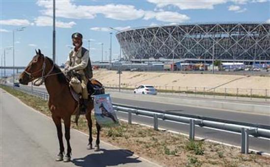 Photo shows Li Jing arrive at the Volgograd stadium. [Photo: Chengdu Business Daily]