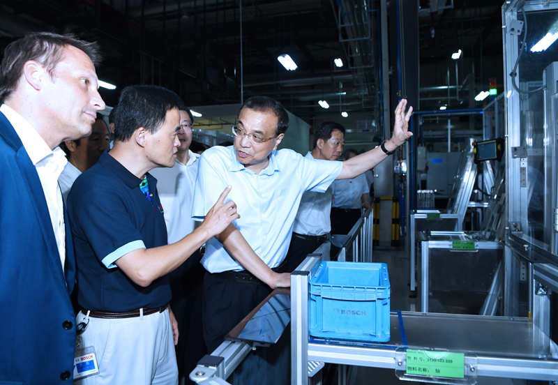Premier Li Keqiang visits a wholly owned subsidiary of Germany's Bosch Group in Changsha, capital of central China's Hunan Province during a two-day inspection trip to the province. [Photo: gov.cn]