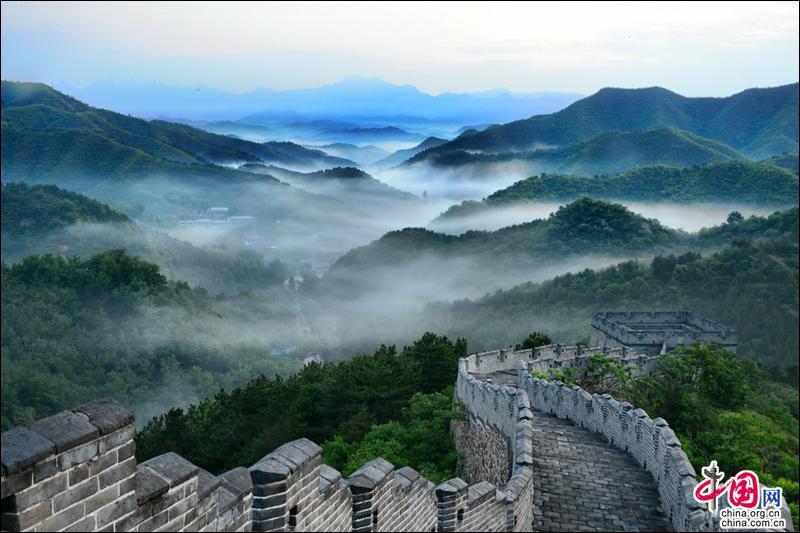 Breathtaking sea of clouds shrouds Jinshanling Great Wall