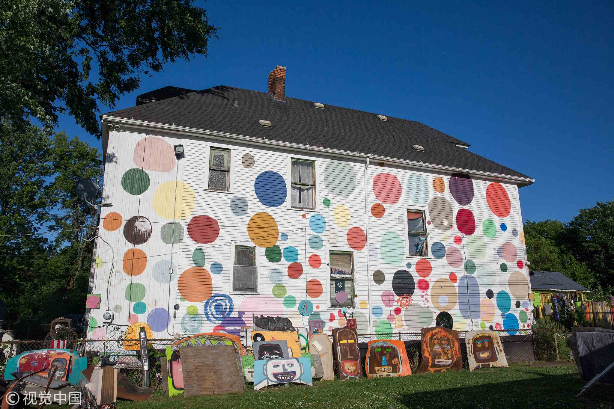 American artist use waste to save a dumped community