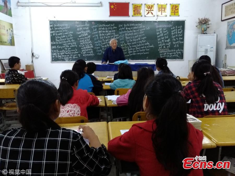 Retired teacher, 90, offers free tutoring for 18 years