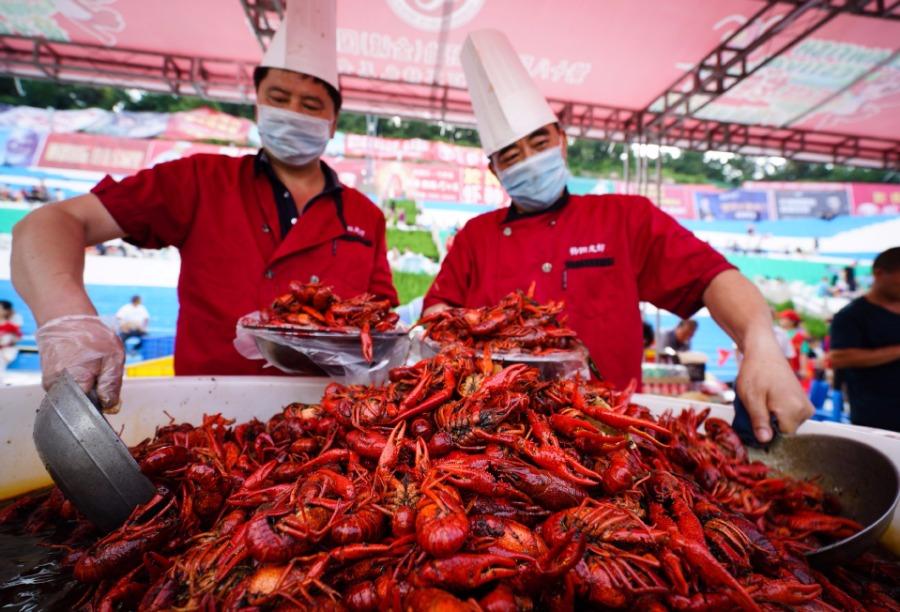 Massive crayfish banquet held in Xuyi, Jiangsu province