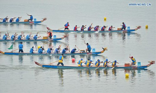 People participate in dragon boat race in central China's Hubei