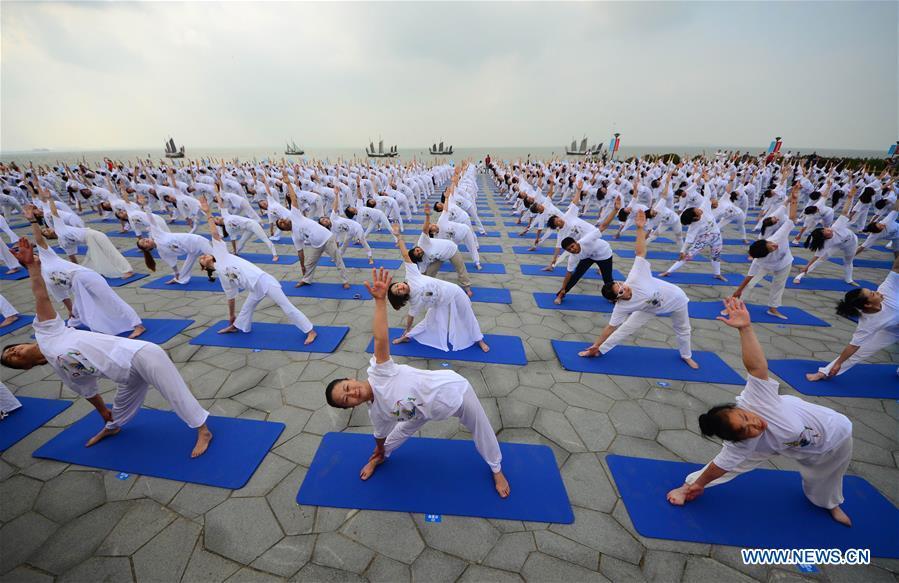 Int'l yoga festival kicks off in China's Jiangsu
