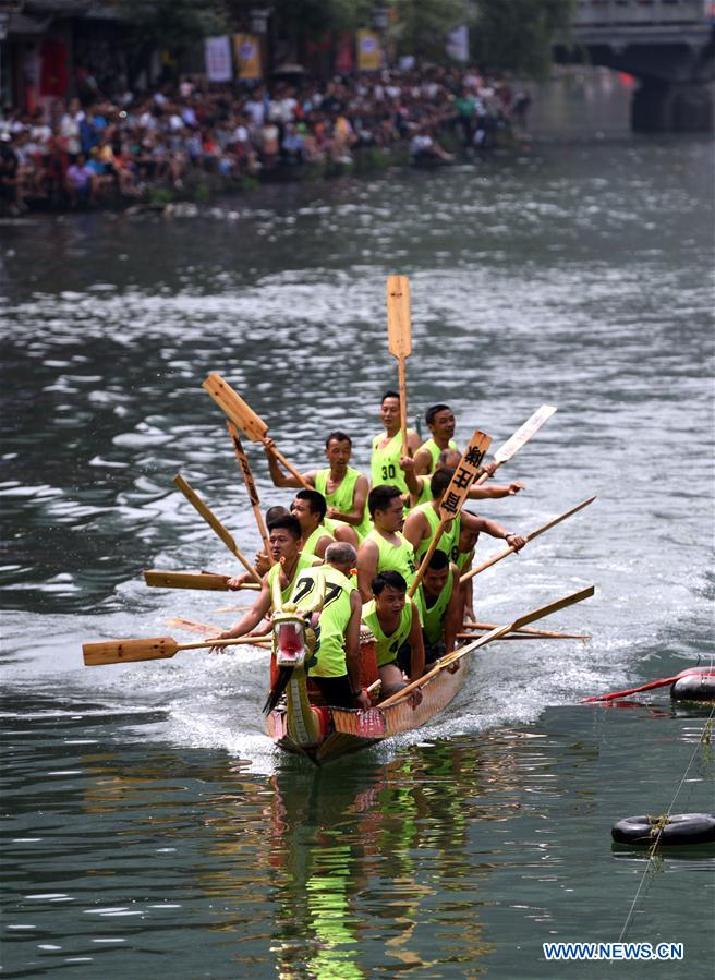Dragon boat contest held in Fenghuang ancient town, C China