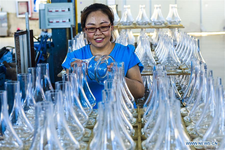 Fucheng County in N China develops art glass industries, promotes exports