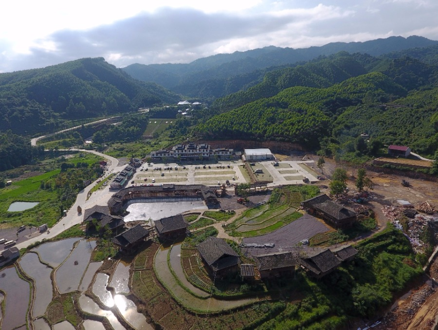 Developing tourism industry helps villagers shake off poverty in Guangxi