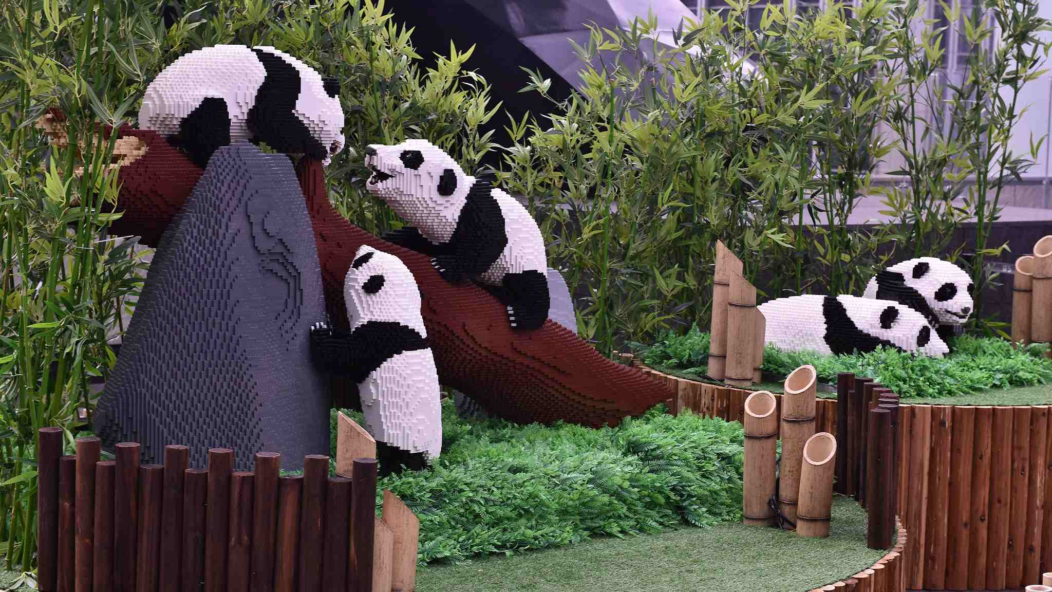 China's shopping mall brings LEGO zoo to outdoor lawn
