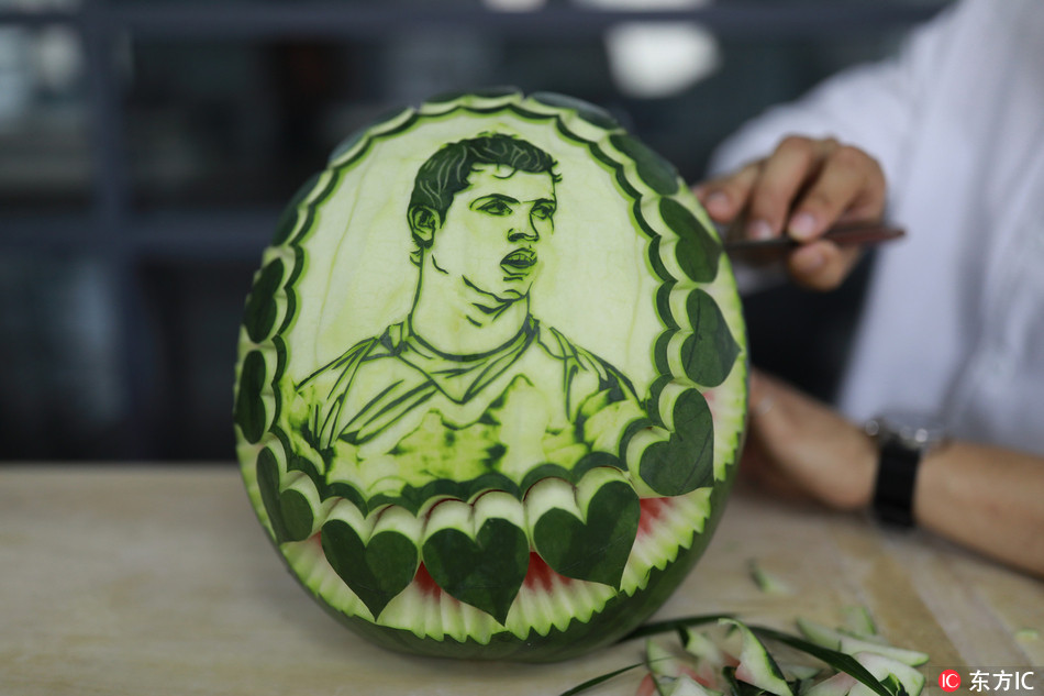 Watermelon works of football players created by a Chinese teacher