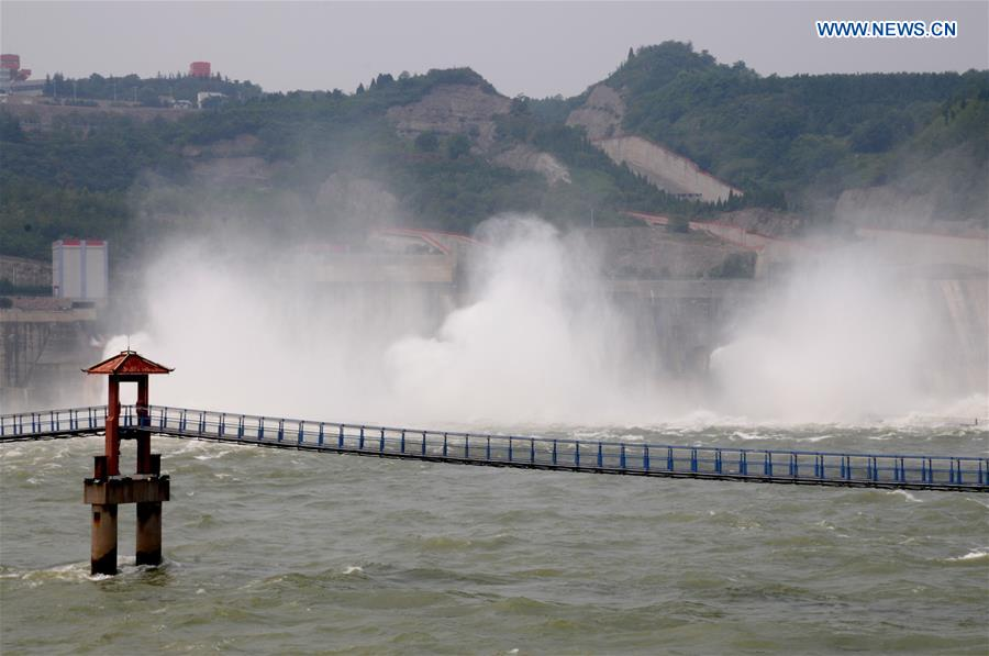 Xiaolangdi Reservoir discharges water at 2,300 cubic meters per second