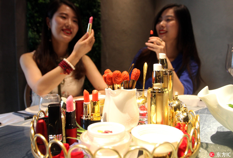 """Edible """"cosmetics"""" and """"skincare products"""" popular in Xi'an restaurant"""