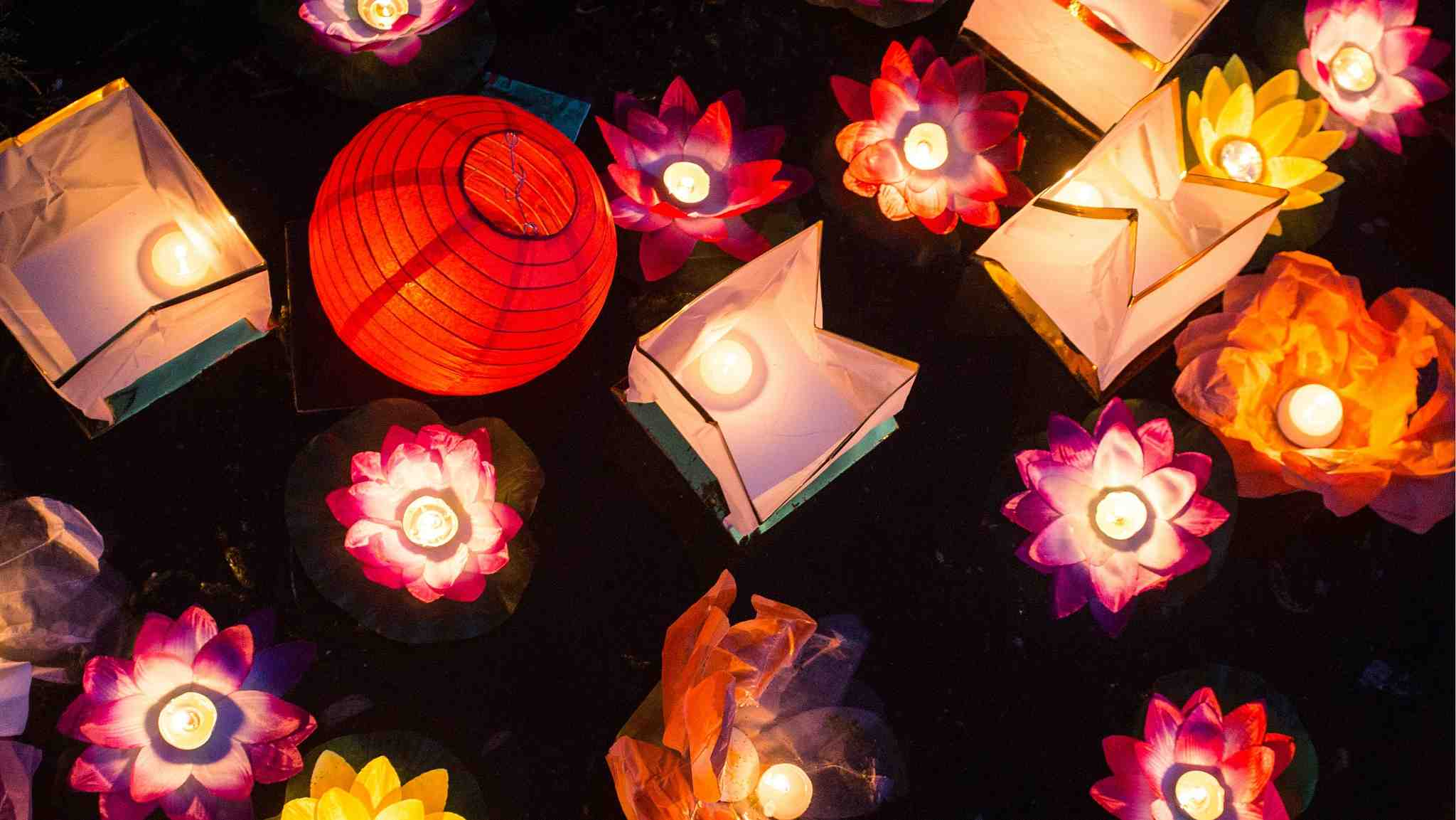Water lantern festival is held in Russia