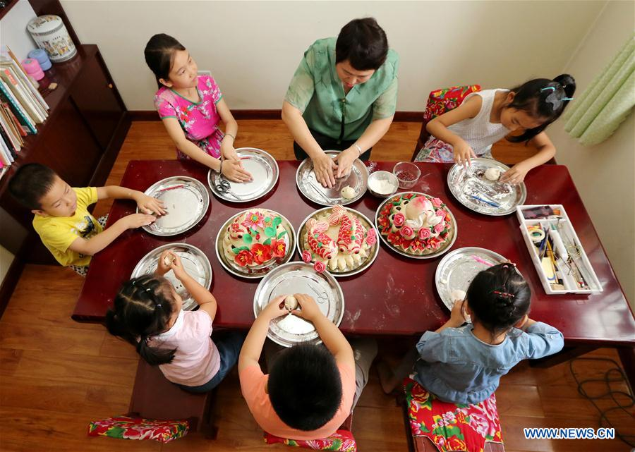 Students learn making skills of intangible cultural heritages during summer vacation in Shandong