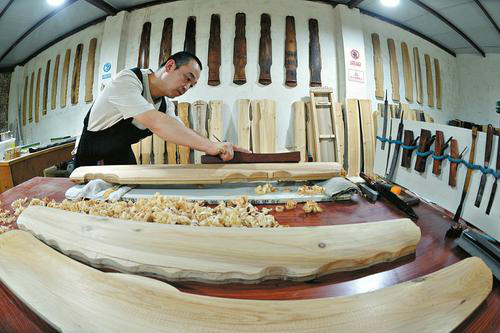 Man spends 3 years crafting traditional Chinese instrument
