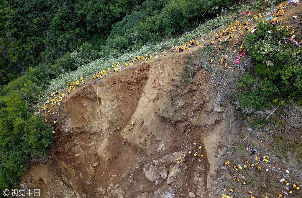 'Spidermen' clear danger at landslide