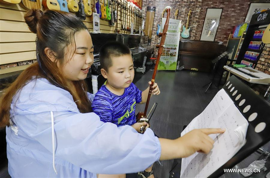 Chinese students spend summer vacation by developing hobbies