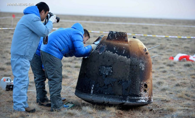 The return capsule of the Chang'e-5 T1 spacecraft touches down at the designated landing area in Siziwang Banner, Inner Mongolia Autonomous Region, on November 1, 2014. [File photo: Xinhua]