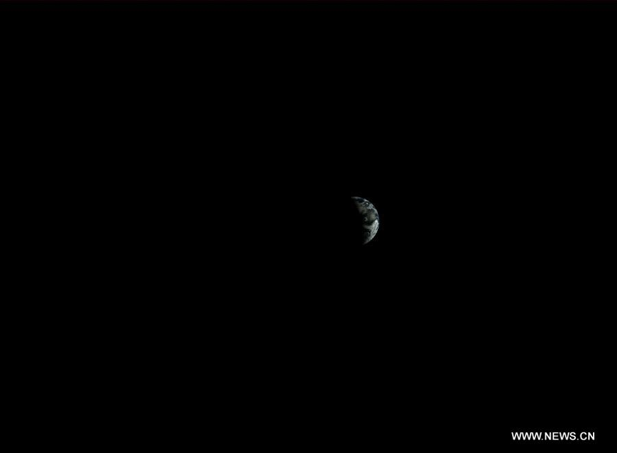 Photo taken by the landform camera on the Chang'e-3 moon lander on Dec. 25, 2013 shows the image of the earth during Chang'e-3 lunar probe mission's first lunar day circle. [File photo: Xinhua]