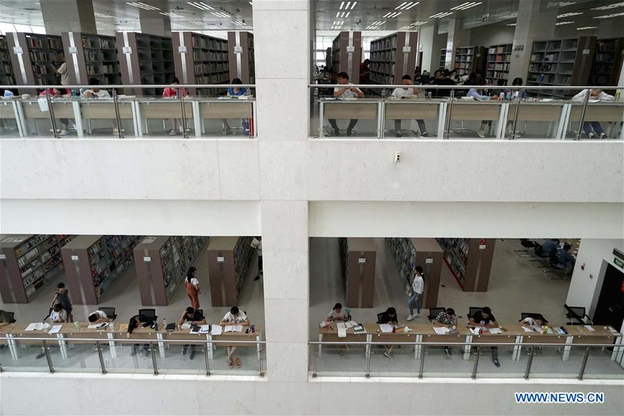 Zhengzhou library packed with readers during summer vacation