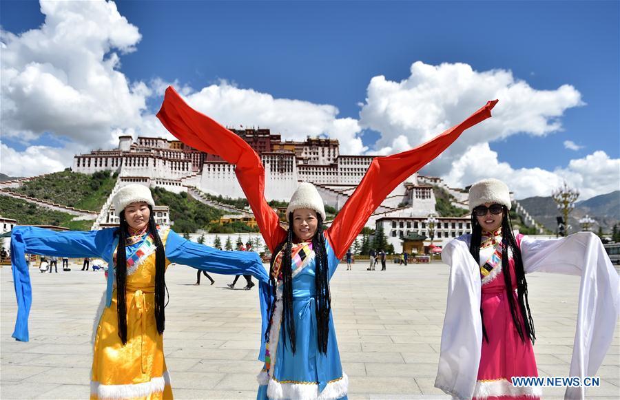 Tibet's tourism revenue reaches 12.5 billion yuan in H1