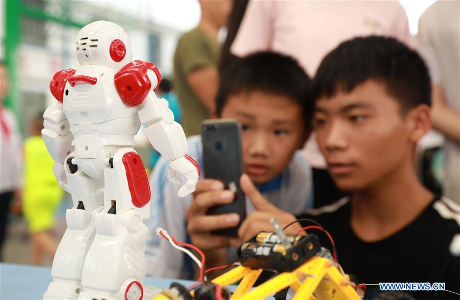 Pupils attend scientific carnival at youth activity center in SW China's Guizhou