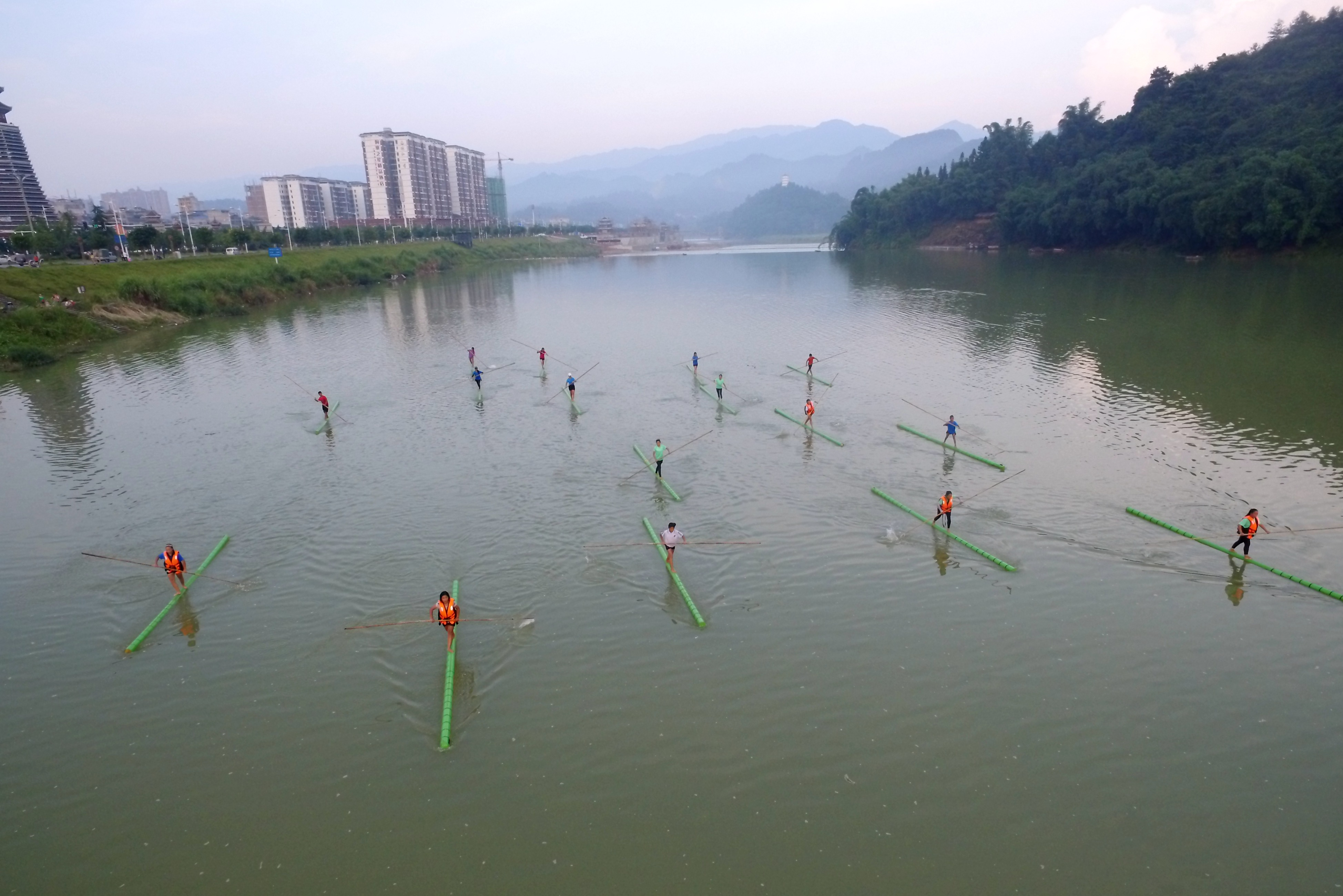 Traditional single bamboo drifting brought to school in China
