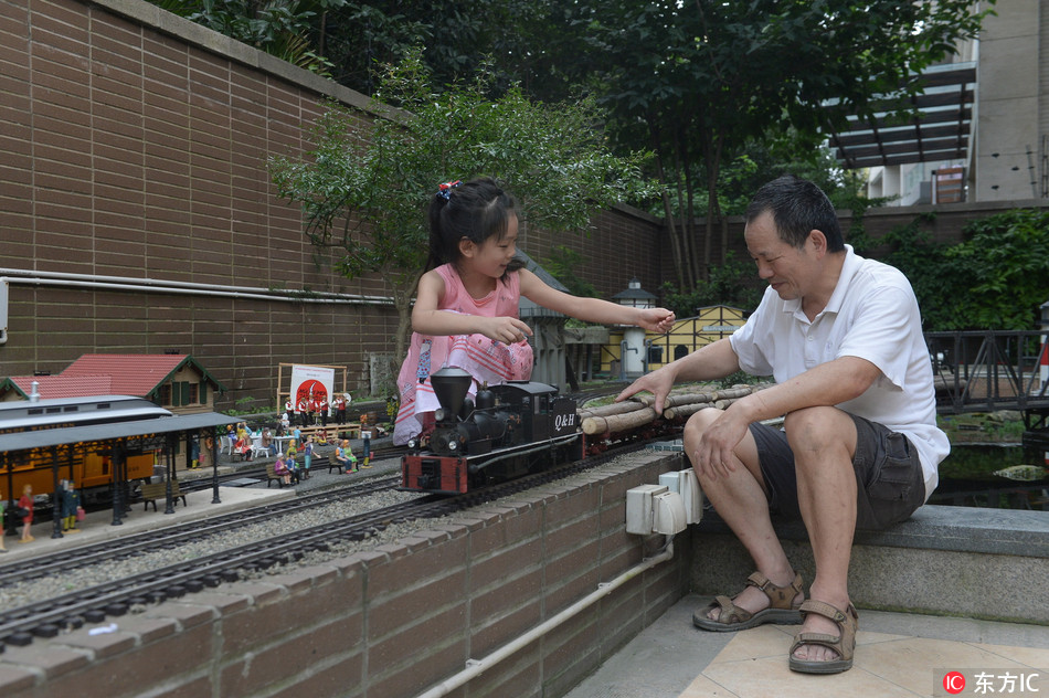 Mini railway built in Chengdu back yard