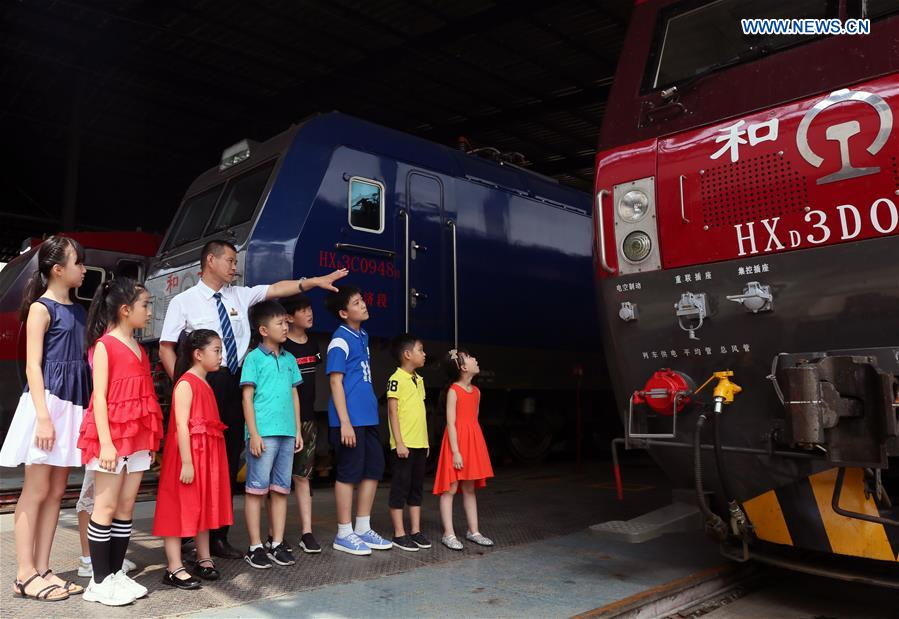 Students learn history of Chinese modern railway development during summer vacation