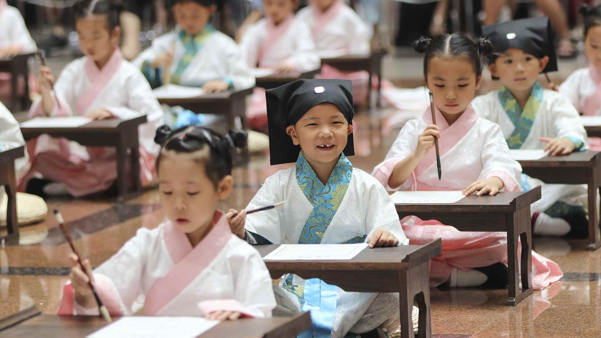 Children inspired by Chinese culture during school commencement season